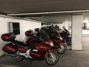 Framme i Wart, Altensteig. Cyklarna parkerade i garaget