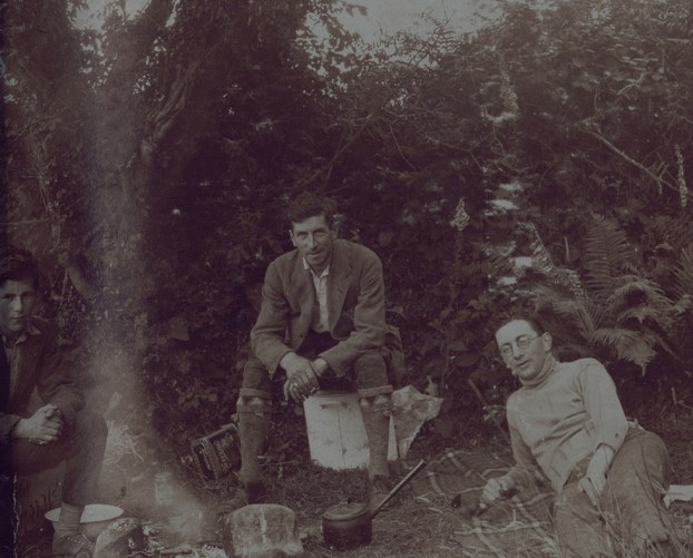 Stephen O'Mara and journalist Frank Gallagher round a camp fire (P40/925)