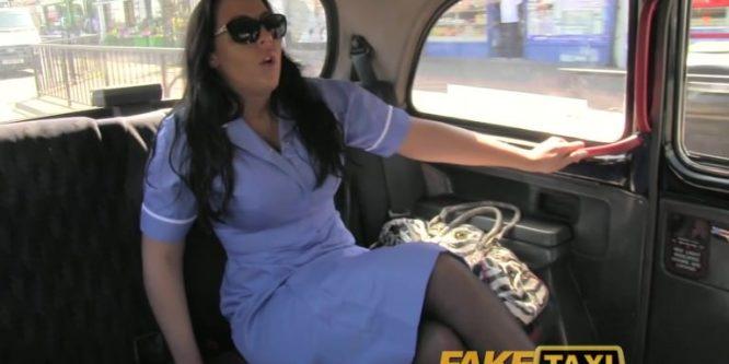Nurse en uniforme baisée par le chauffeur de taxi