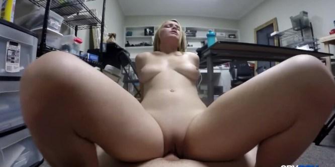 Elle aide son futur patron à jouir