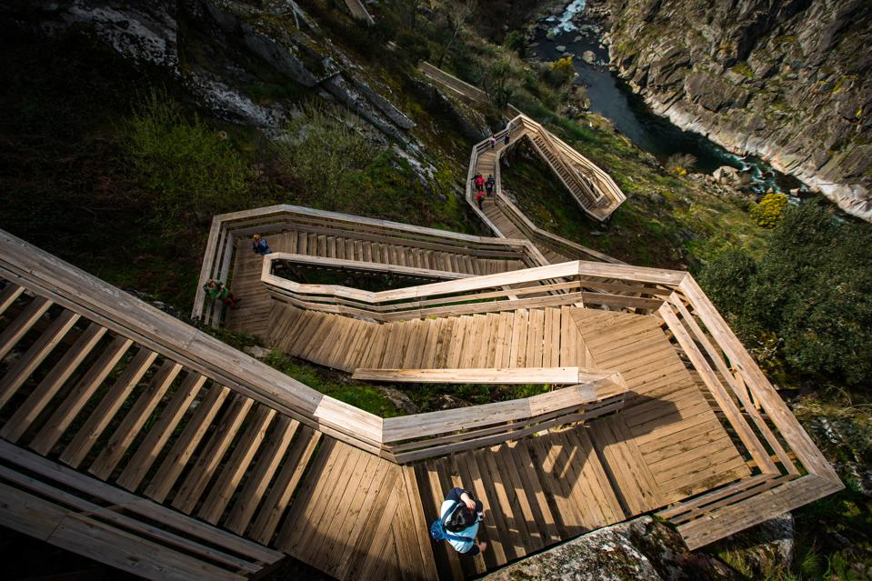 A footbridge seen with a step section in the walkways. Paiva...