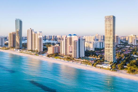 Panorama aéreo del horizonte en el paseo marítimo del sur de Florida