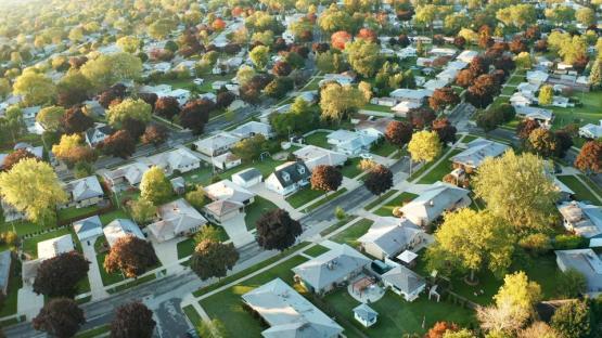 Vista aérea de casas residenciales en otoño (octubre). Barrio americano, suburbio. Bienes raíces, disparos de aviones no tripulados, puesta de sol, mañana soleada, luz de sol, desde arriba
