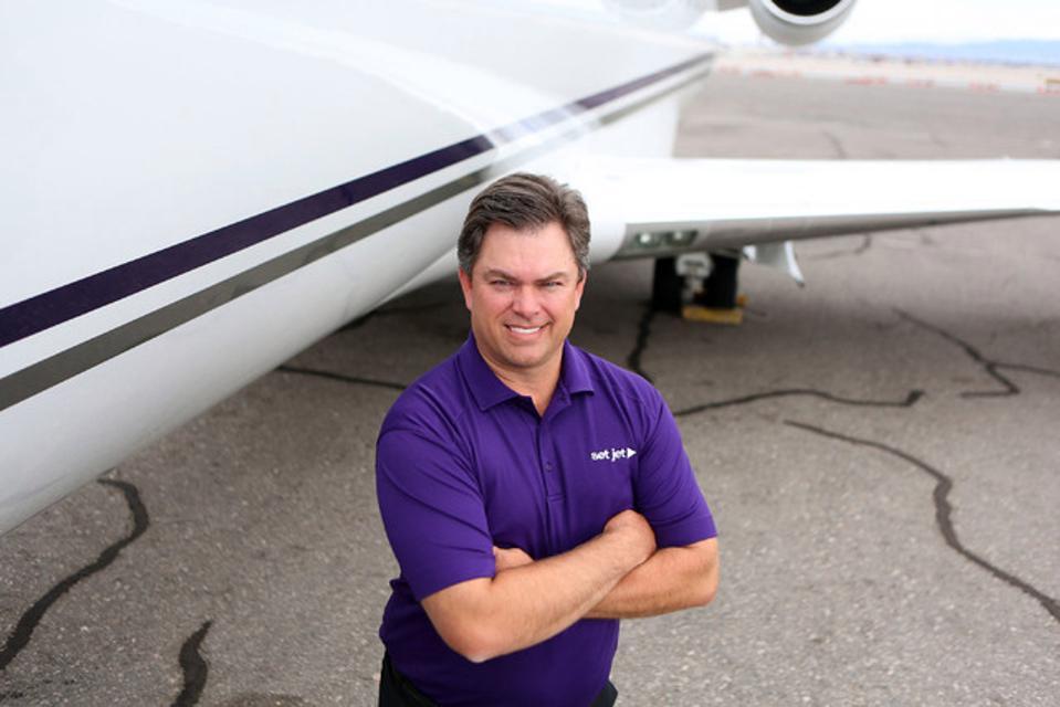 Coloca al CEO de Jet, Tom Smith, de pie cerca de un avión.
