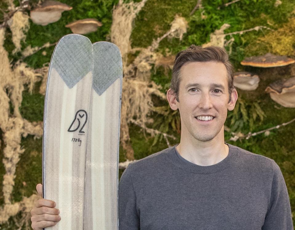 El director ejecutivo de Checkerspot, Charlie DImmler, con los esquís alpinos WNDR de la empresa