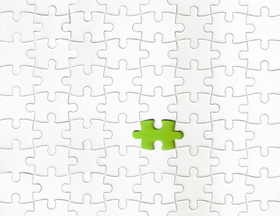 Falta una pieza del rompecabezas con un color verde de fondo
