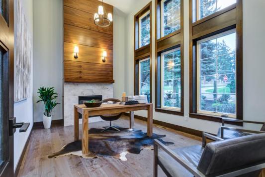 Espacioso diseño de oficina en casa masculina con chimenea