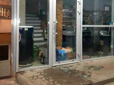 У Рівному двоє чоловіків викрали з магазину випивку та продукти