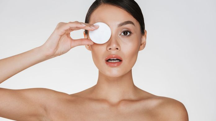 How To Remove Eye Makeup Naturally Without Hurting Eyes