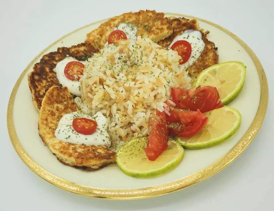 Türkischer Butter-Reis mit Blumenkohlküchlein und Joghurt-Dipp