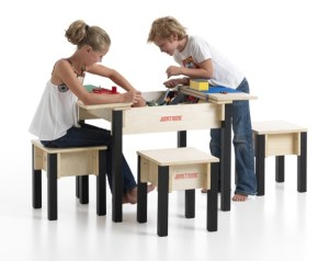 2-zits speeltafel met drie krukjes