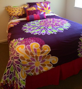 Mom's snazzy new bedding.  It's really beautiful and vibrant.  She'd found this online months ago.  Great taste that Mom of mine.