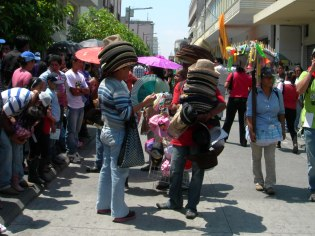 Hat vendors at the Huelga march