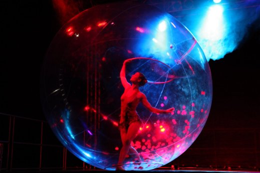 Sensia, Hula-hoop dance acrobatie in transparent sphere