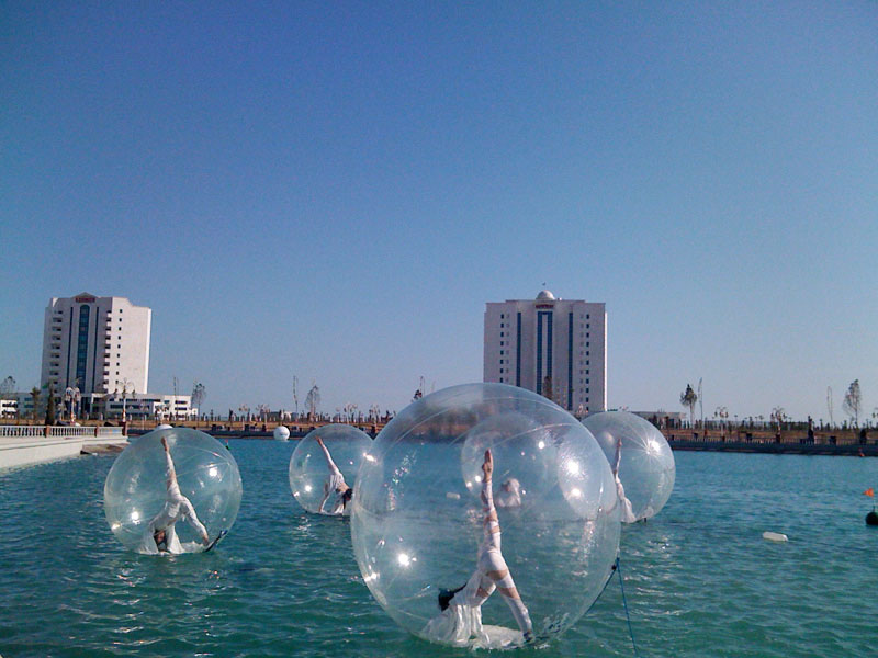 Onde Océane, fairies in transparent bubble floating on the water.