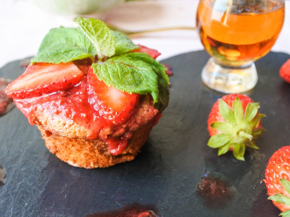 Dulce de leche cupcake, strawberry sauce, mint, strawberries and a small glass of whisky