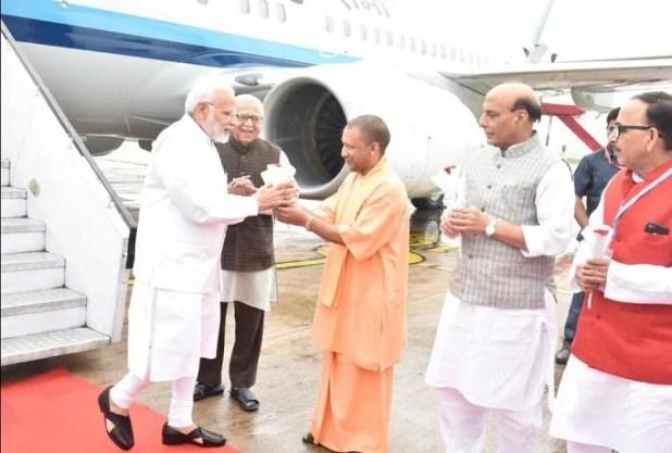 एयरपोर्ट पर प्रधानमंत्री नरेंद्र मोदी का स्वागत किया गया।