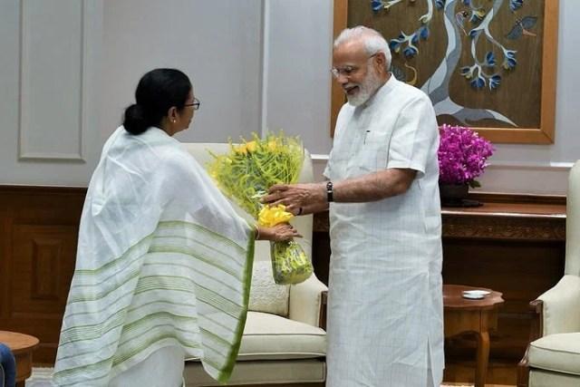 5d821caf7cb2d - West Bengal Cm Mamata Banerjee Met Pm Narendra Modi  बनर्जी ने की प्रधानमंत्री नरेंद्र मोदी की मुलाकात, भेंट किया गुलदस्ता