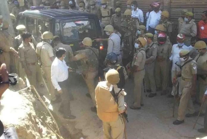 सैकड़ों की भीड़ ने पुलिस पर अचानक से किया था हमला