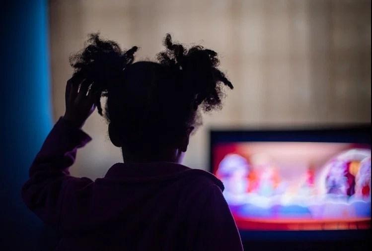 अगर आपका बच्चा भी देखता है ज्यादा टीवी या चलाता है मोबाइल, तो संभल जाएं, हो सकता है ये बुरा असर