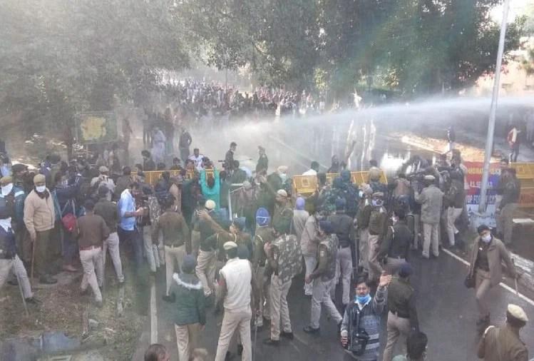 भोपाल: पुलिस से भिड़े कांग्रेस कार्यकर्ता, जमकर बरसाईं लाठियां, वॉटर कैनन का भी इस्तेमाल