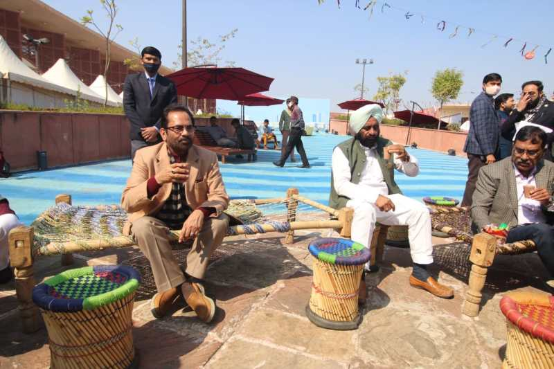 शहीद पथ स्थित अवध शिल्प ग्राम में लगे हुनर हाट में चाय का आनंद लेते मंत्री मुख्तार अब्बास नकवी।