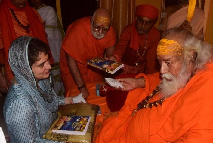 prayagraj news : शंकराचार्य स्वामी स्वरूपानंद सरस्वती से आशीर्वाद लेतीं प्रियंका गांधी।