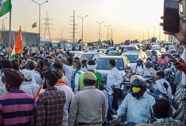 After Stone Pelting Over Rakesh Tikait Car At Alwar Angry Farmers Jammed  Delhi Meerut Expressway - राकेश टिकैत पर हमला: यूपी गेट पर आक्रोशित किसानों  का फूटा गुस्सा, दिल्ली-मेरठ ...