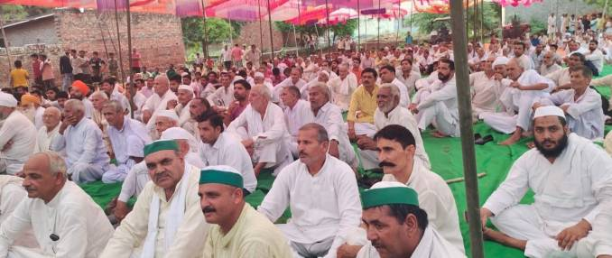 Shamli: Farmers and BKYU workers participating in the Panchayat organized in Chondaheri village of Chausana area?