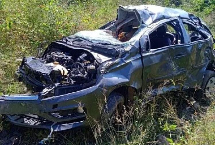 Car damaged due to road accident in Sheetal Nagar.  Dialogue