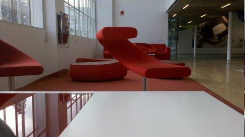 La sala d'attesa con le sedie rosse
