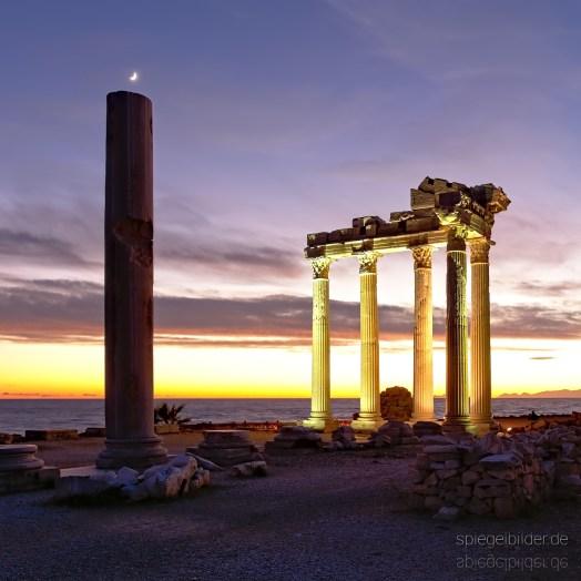 Halbmond über Ruine des Apollon-Tempels in Side Türkei 2017