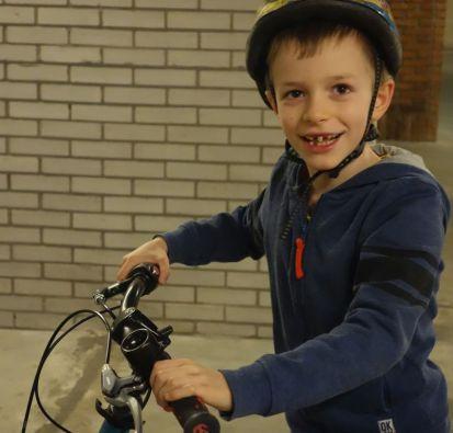 Met fiets en fietsenrek.