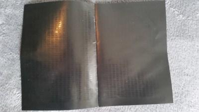 Nei, jeg har ikke puttet manualen i ovnen. Dette er kodeboken, spillets kopibeskyttelse. For å spille må du slå opp koder i boken, og den er laget så mørk for å være vanskelig å kopiere.