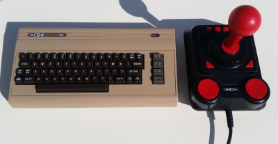 TheC64 Mini og joysticken som følger med.