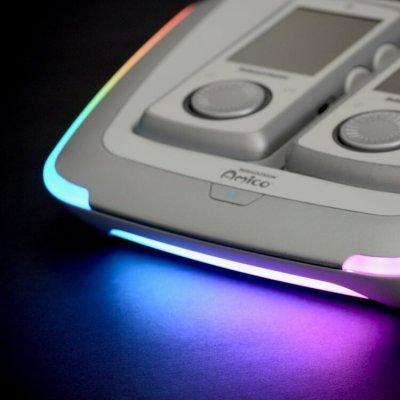 Konsollen funker som ladestasjon for kontrollerne, og har fancy lys som kan styres av spillene.