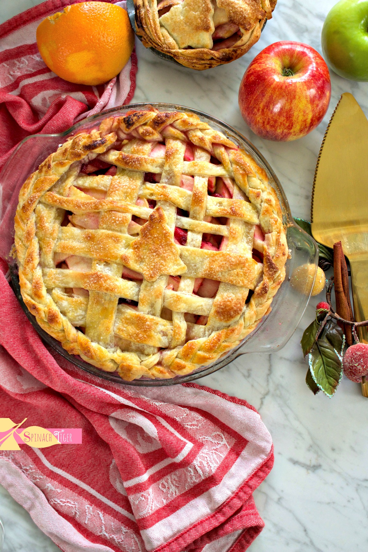 Christmas Apple Pie with decorative pie crust from Spinach Tiger