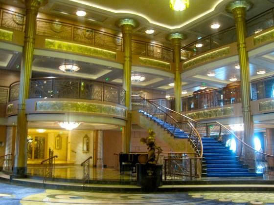 Die eindrucksvolle Lobby der Disney Fantasy