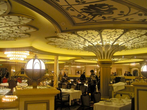 "Das Restaurant ""Royal Court"" auf der Disney Fantasy"