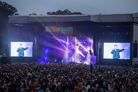Thanks to Carl Pocket for the use of this cool shot of The Killers & crowd.