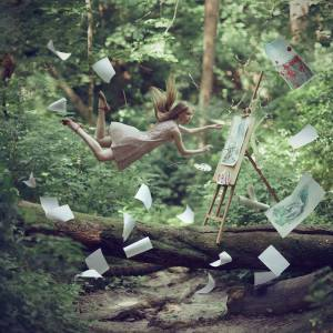 femme qui peint dans la forêt en s'envolant avec ses dessins