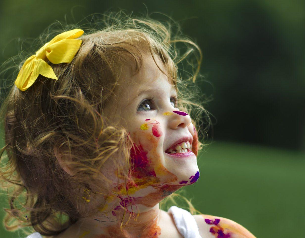 enfant souriant rayonnant créatif