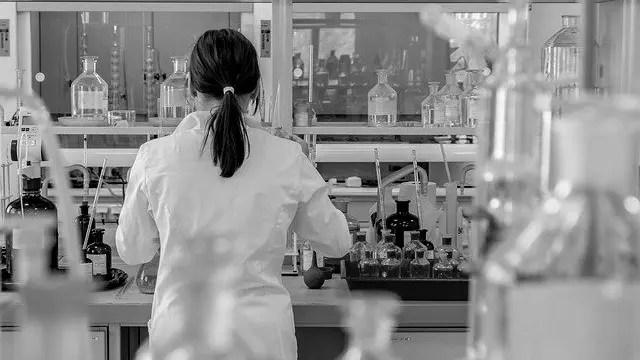女性の研究者 実験 ラボ