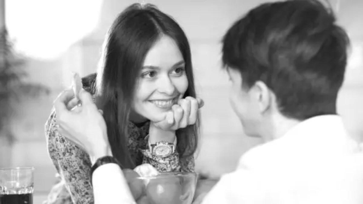 見つめ合うカップル デート 笑顔