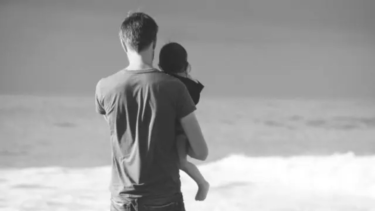 親子 父親 子供 抱っこ