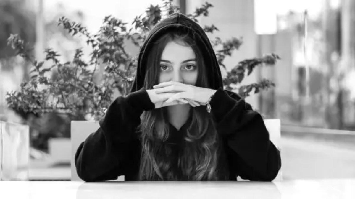 女性 見つめる 口を隠す