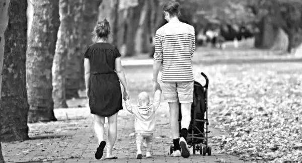 家族 親子 子供 散歩 手をつなぐ