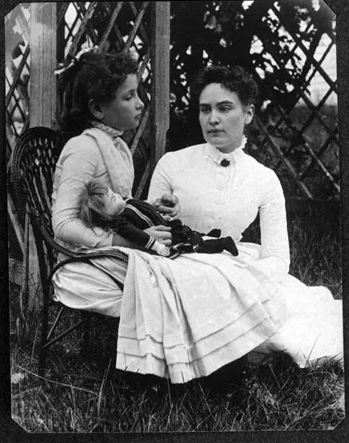 8歳の頃のヘレン・ケラー(左)とアン・サリヴァン(1888年7月)