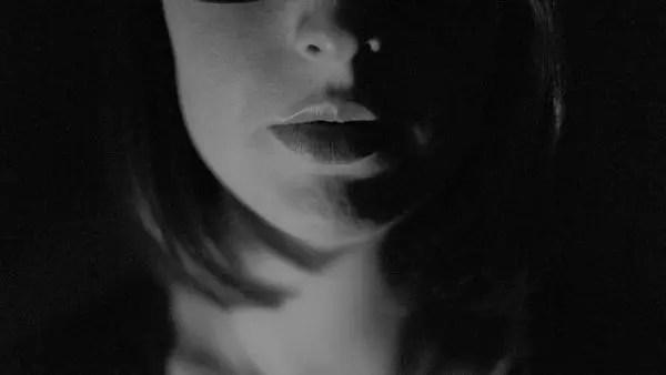女性 顔 口 暗い 不安 怒り