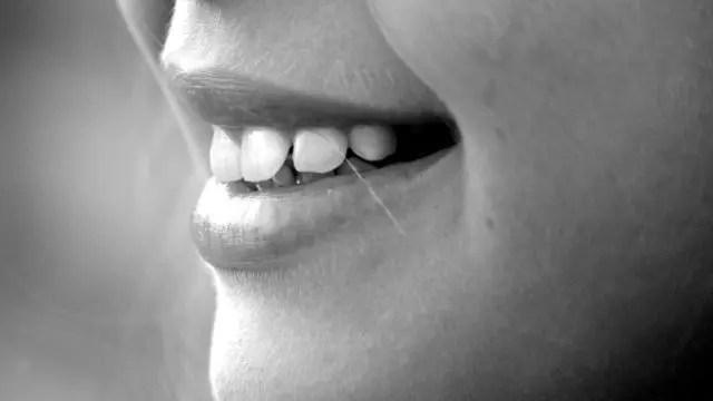 女性の口 歯
